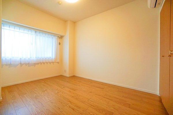窓があり明るい6帖のお部屋となっております。 収納もしっかりとあり、お荷物もスッキリです!
