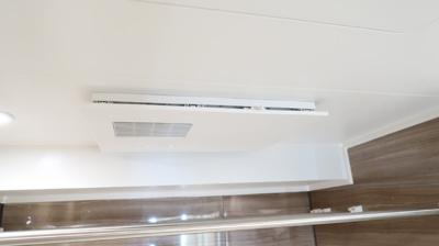 浴室換気乾燥機付きで快適です。雨や夜でも洗濯物を乾かせます。バスルームを湿気から守りカビ防止