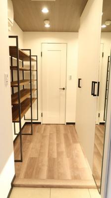 玄関を開けると、右手には鏡付きシューズクローゼット、左手には大型の棚が設置してあります♪使い方のバリエージョンが広がります♪