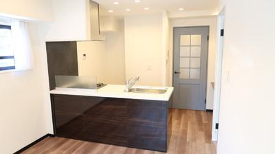 オシャレな対面型キッチンでコミュニケーションも充実。角部屋ならではの2面採光で明るく気分よくお料理がはかどりそう♪
