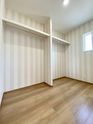 ウォークインクローゼット。収納専用のお部屋となっており、たっぷり収納できます。※同仕様写真