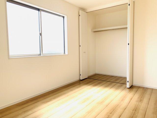 2階6.75帖 お洋服やバックなどの小物もすっきり片付けられます。