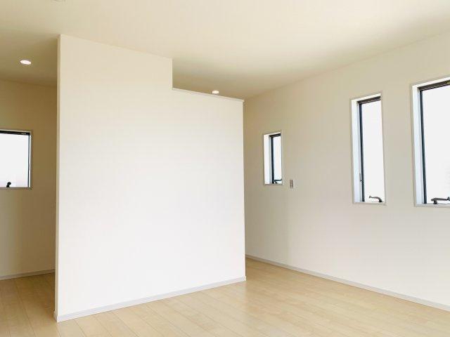 【同仕様施工例】2階6.5帖 窓が2面ありますので、気持ちのよい風が入ってきそうなお部屋です。換気も十分にできます。