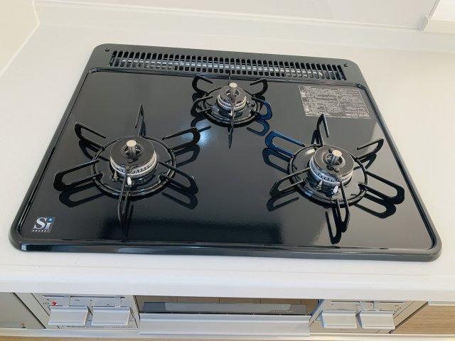 【同仕様施工例】シンク下のスライド収納で大きいお鍋やフライパンも整理して収納できます。