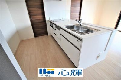 充分なスペースを実現したキッチン空間となっております。ビルトインタイプの食洗器は家事の時短に活躍します。IHコンロは火を使わないので万一の時も安心です。