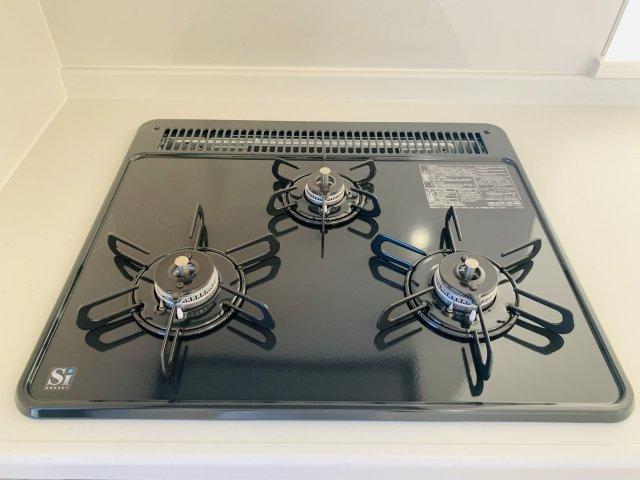 【同仕様施工例】シンク下のスライド収納でお鍋やフライパンも整理して収納できます。