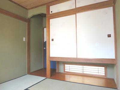 茶室の雰囲気を醸した和室の内装