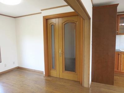 廊下から洋室への扉もアンティーク調の2枚扉