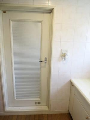 浴室ドアにもこだわりアンチティーク調の趣で統一