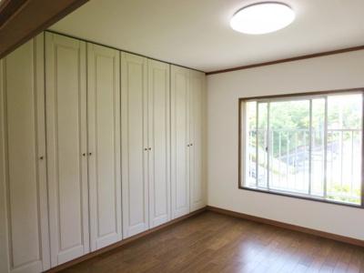 洋室は壁面1面収納スペースなので大容量