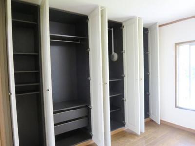 洋室の収納、棚板も多く空間を無駄なく活用できます