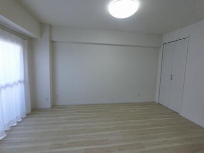 リビング横の洋室です。主寝室にいかがでしょうか。