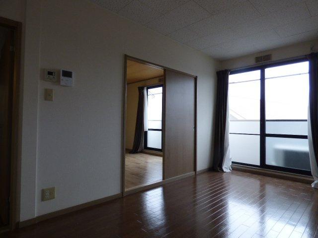 扉は部屋を圧迫しない開き戸♪家具配置の幅が広がります!