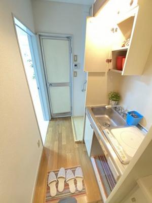 玄関から室内への景観です!右手にキッチン、正面に浴室、左手に洋室5.3帖のお部屋があります★