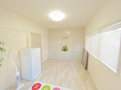 クローゼットと棚のある南東向き洋室5.3帖のお部屋です!お洋服や荷物の多い方もお部屋が片付いて快適に過ごせますね♪
