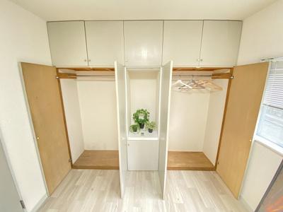 洋室5.3帖のお部屋にあるクローゼット2ヵ所と棚です♪お洋服や荷物をたくさんお持ちの方でも安心の収納力です◎