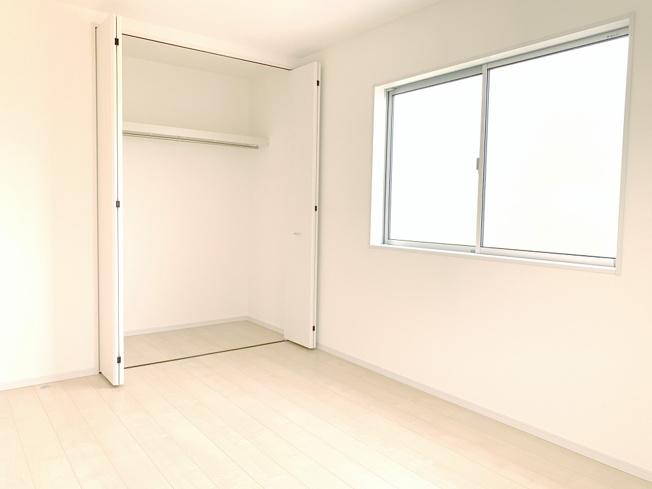 2階6.75帖 使い勝手のよいクローゼットです。収納ケースを利用して上手に片づけたいですね。