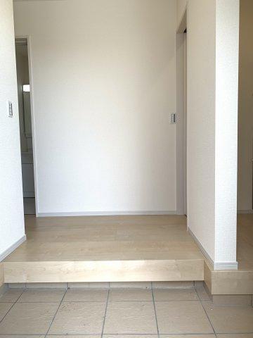 広い玄関ホールなので靴を脱いだり履いたりするのにゆっくりできますね。