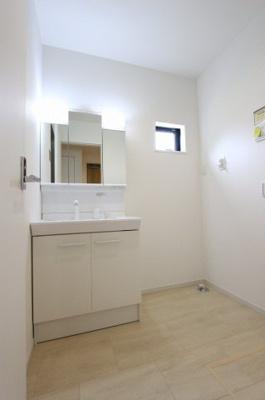 独立洗面台あり、毎朝おしゃれに忙しい女性の方におすすめです:建物完成しました♪毎週末オープンハウス開催♪八潮新築ナビで検索♪