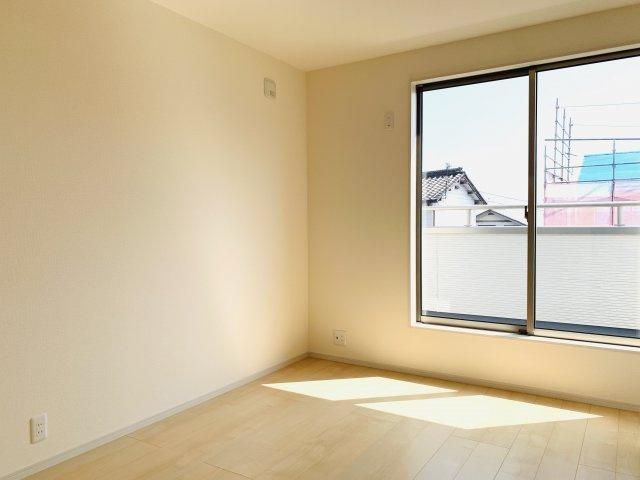 2階6帖 採光・通風がよいお部屋なので気持ちよく過ごせます。