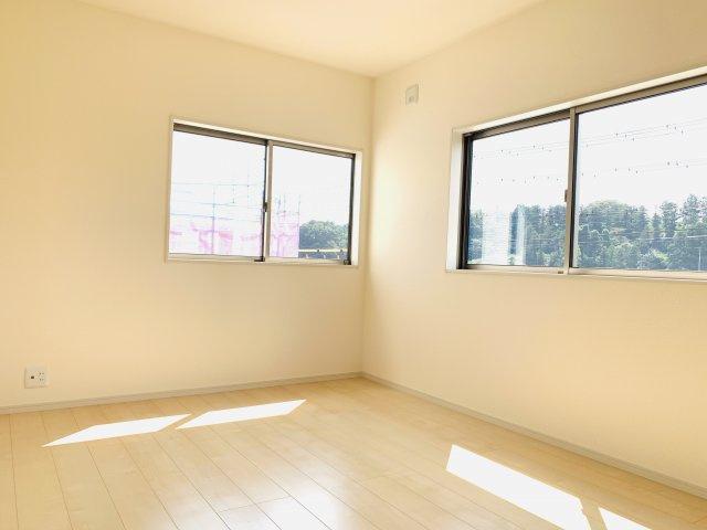 2階6.5帖 窓が2面あるので採光・通風のよいお部屋です。