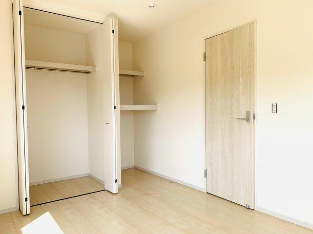 2階6.5帖 お洋服もしわにならずたっぷり掛けられます。収納棚もあるので便利です。