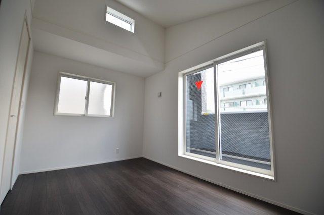 3階洋室6.7帖 上部が吹き抜け天井で開放感良好です。