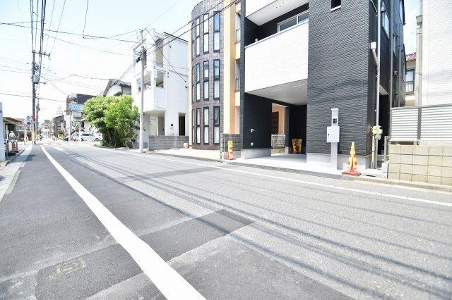 前面道路は広めの6.5m 交通量は少なめです。