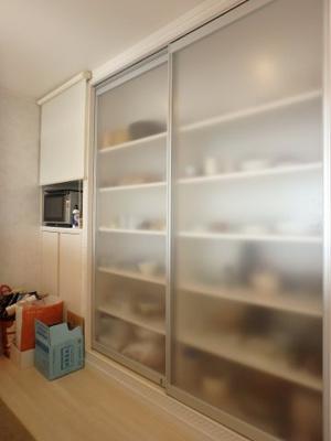 背面の備え付け食器棚はたっぷり収納できます