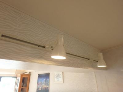 アップライトで優しい照明、眩しさを感じずにお部屋を明るく