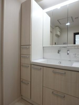 シャワー水栓と三面鏡の洗面化粧台