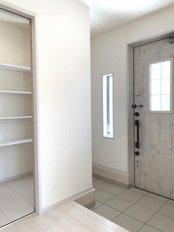 2階9.25帖 WICでお洋服やバックなどの小物もすっきり片付けられます。