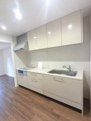 3口IHコンロのシステムキッチンです。 収納力がありキッチン周りを綺麗に、清潔に保てます。