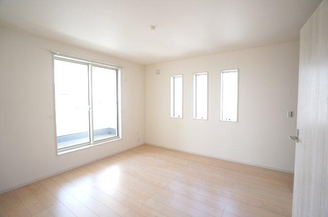【同仕様施工例】掃出し窓から降り注ぐ陽当りのよいお部屋で心地よく過ごせそうですね。