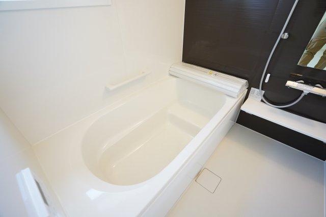 【同仕様施工例】足を伸ばせる広々とした浴槽で、1日の疲れをゆっくり癒すことができますよ。