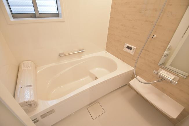 一坪タイプのお風呂で日々の疲れを落としましょう。足も延ばして入れます。