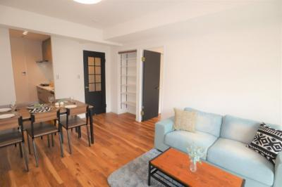 敷地内には駐車場、自転車置場の他、公園などが有り、共用施設が充実のマンションです。