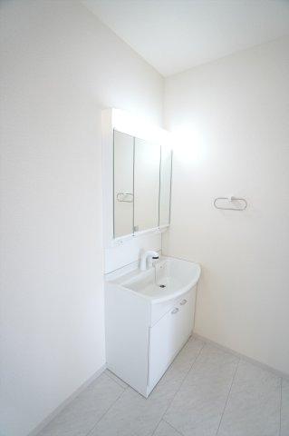 【同仕様施工例】三面鏡の収納で歯ブラシや化粧品、小物等すっきり片づけられます。