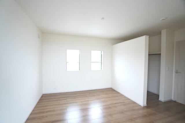 【同仕様施工例】2階8帖 2カ所から出入り出来る共通のバルコニーがあります。