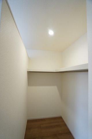 【同仕様施工例】2階8帖 WIC 棚もありますのでバックや小物の収納もできます。