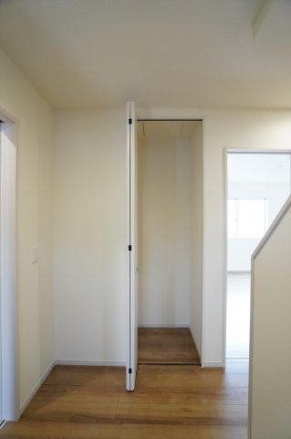 【同仕様施工例】1階玄関ホール フロアモップなどの掃除用具を収納するの便利です。使いたいときにパッと取り出せます。