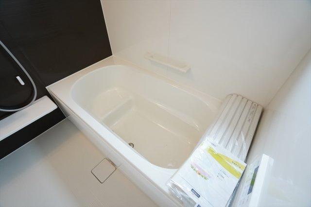 【同仕様施工例】段差に腰掛けて半身浴も楽しめます。