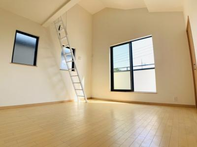 2階リビングは目線が気にならないプライベート空間。ご家族団らんのくつろぎの時間をお過ごしください。