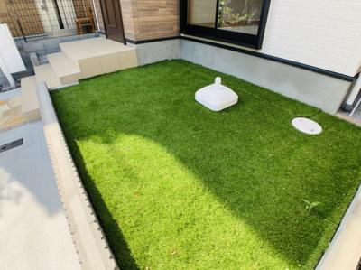 人工芝敷きの専用庭。南向きで陽当たり良好です!お子様のビニールプールやガーデニング等も楽しめそう。