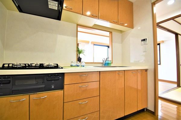 収納豊富な明るいキッチン♪ ここまで収納スペースがあるとキッチン周りをきれいに保てますね!