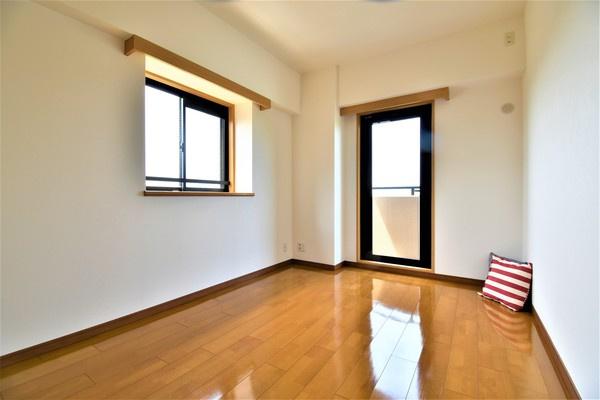 二面採光の明るい6帖お部屋となっております。 落ち着きのある洋室です!