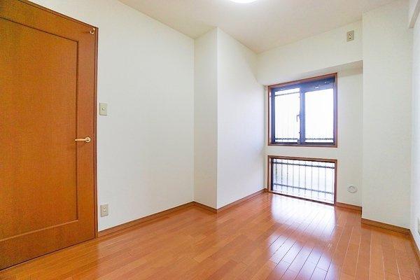 窓があり明るいお部屋となっております。 収納もしっかりあり、お荷物もスッキリです!