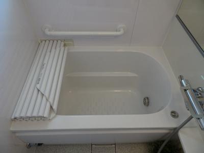 清潔感ある白基調の明るい浴室です♪