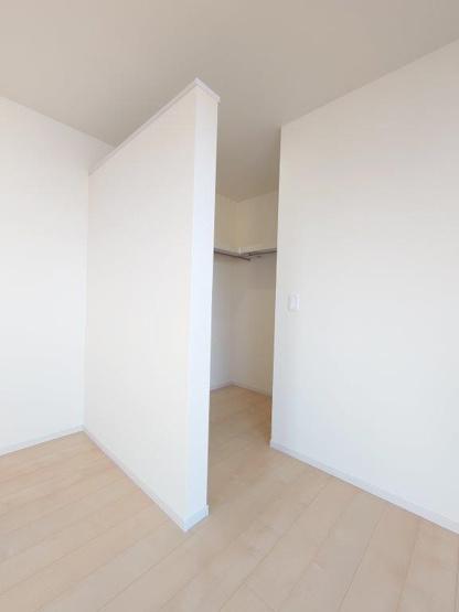 施工例《 主寝室:ウォークインクローゼット 》現地見学や詳細は 株式会社レオホーム へお気軽にご連絡下さい。