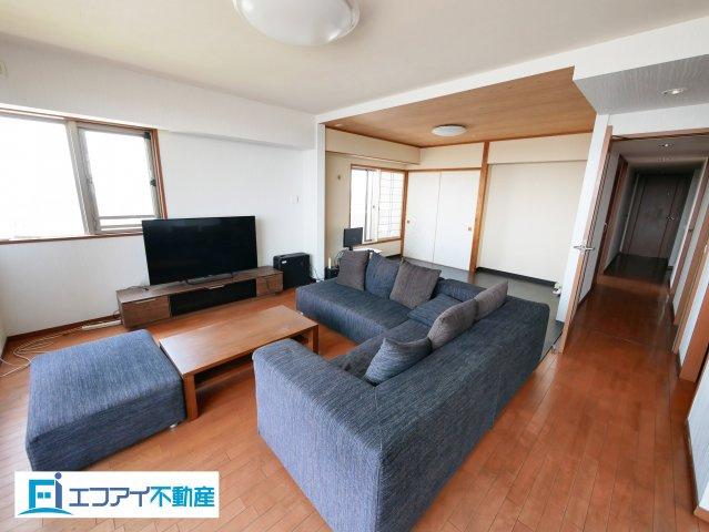 6帖洋室と合わせて24.8帖のリビングは、開放感があり広々とした空間です。